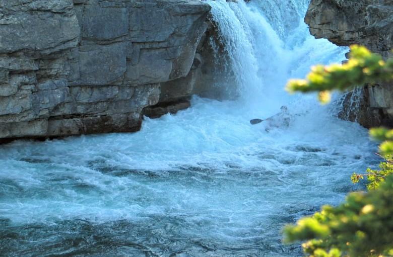 1024px-Elbow_Falls_(Alberta,_Canada)_Kayaker_20070728 (1)