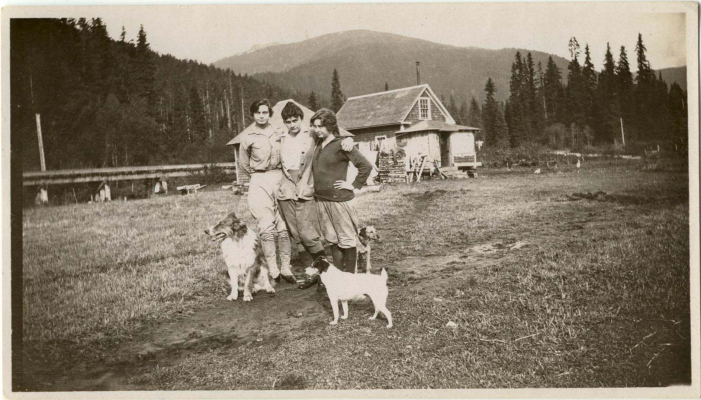 (L-R) Margaret Tapley Esworthy, Myrtle Tapley Philip, and Jean Tapley. Dogs Skookum, a pup & Kihi. 1919. Photo courtesy Whistler Museum.