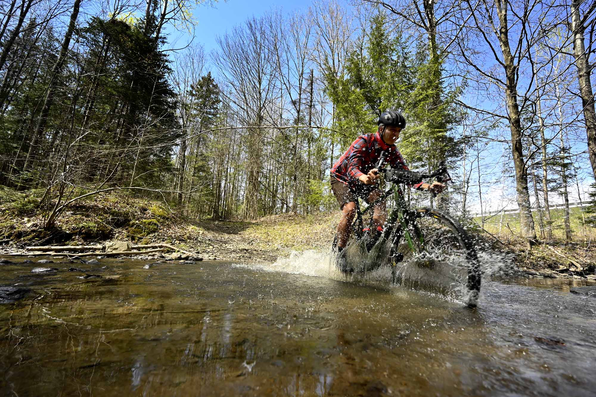 Gravel-Bandits-Gang-de-la-Garnotte-Bromont-Cyclists-Shun-Pavement-Bernard-Brault-bike-in-water