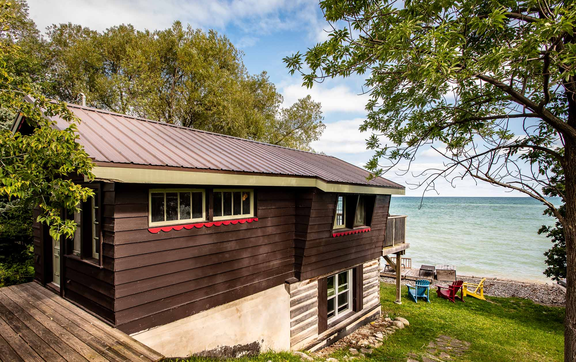The-Chalet-and-the-Beach-House-Ontarios-Ski-Heritage-in-Two-Buildings-photo-by-Kristin-Schnelten-beach-house-exterior