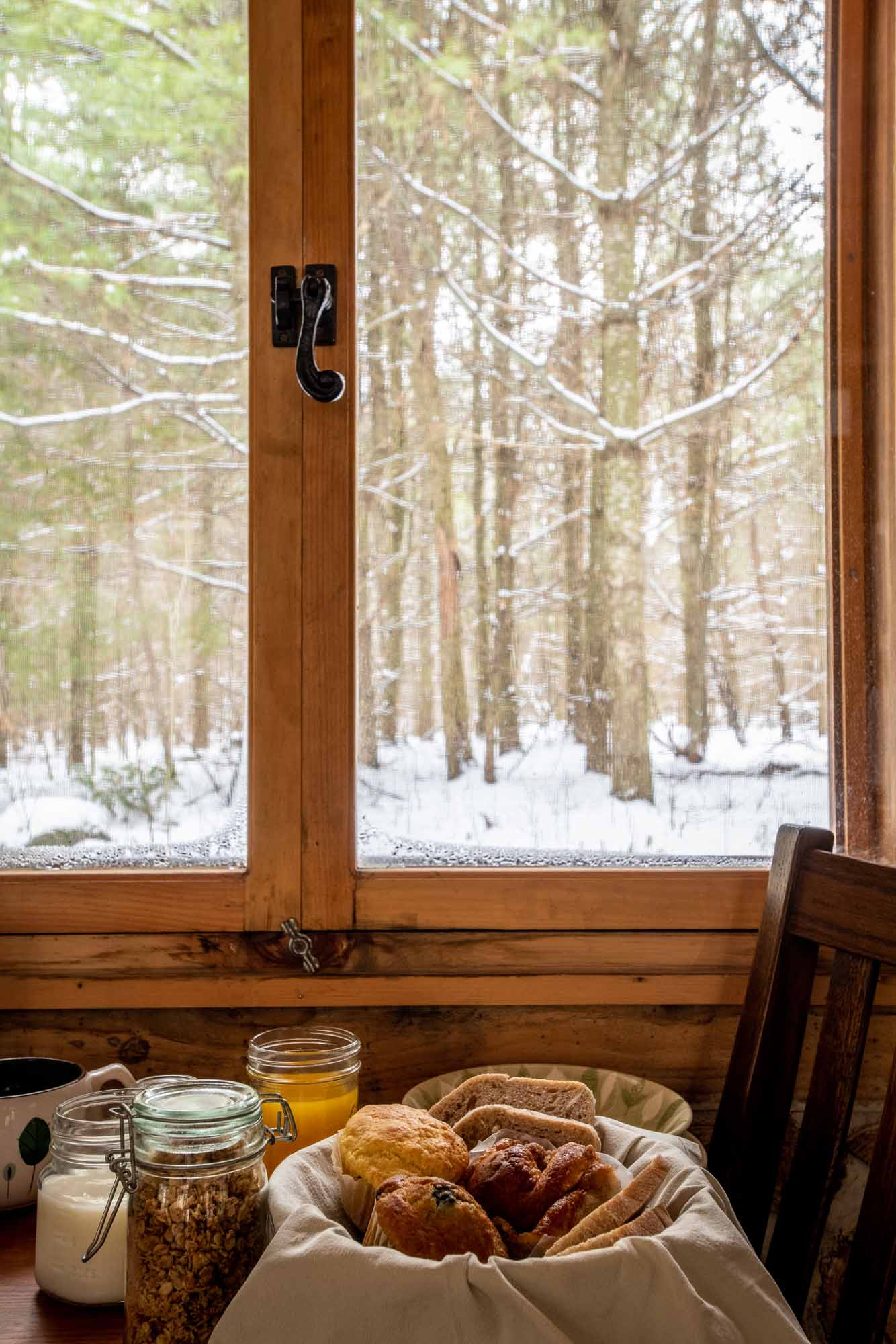 The-Cordwood-Cabin-An-Accessible-Retreat-from-the-21st-Century-breakfast-window-photo-by-Kristin-Schnelten