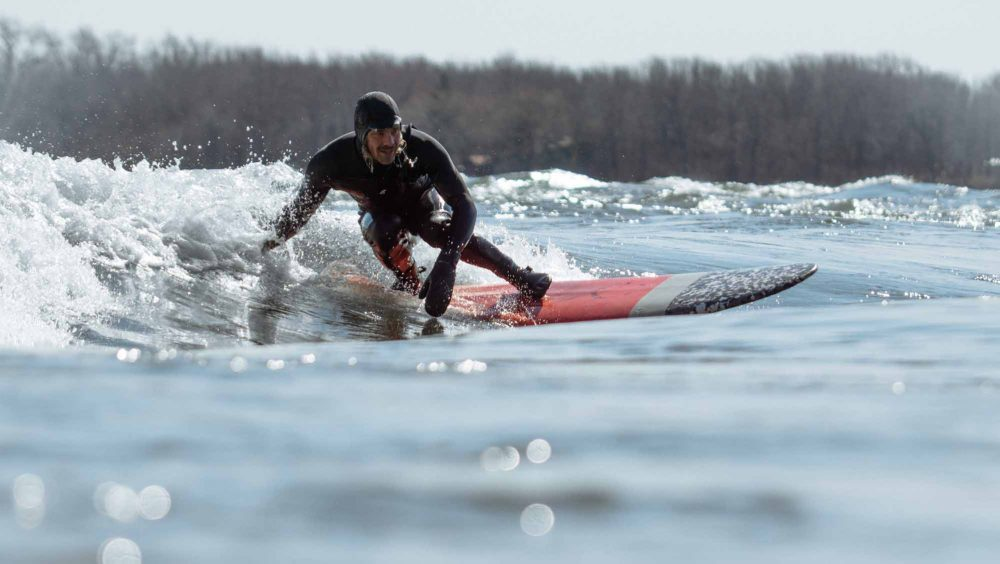 Flirter-avec-le-froid-Cold-River-Surfing-on-the-St-Lawrence-crouching