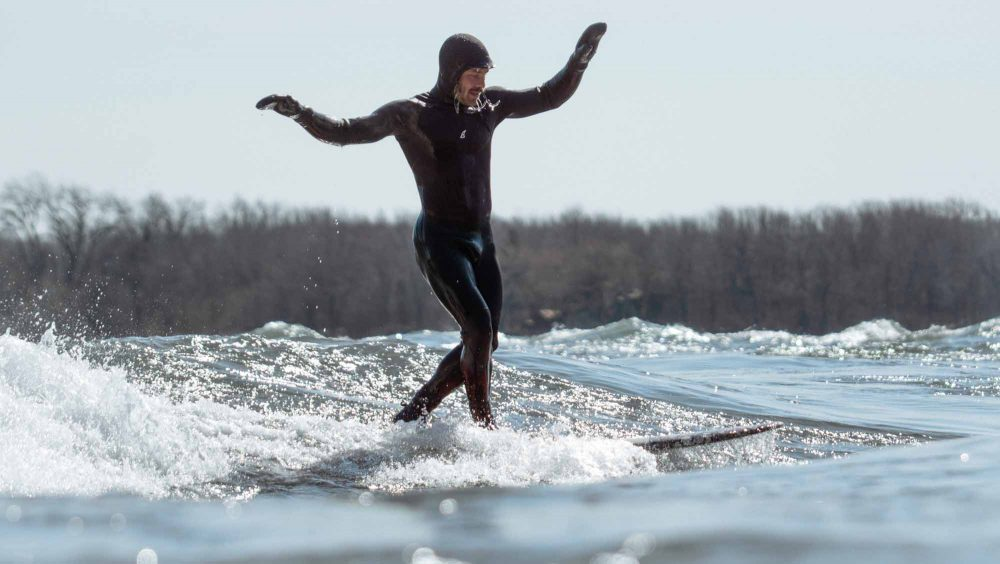 Flirter-avec-le-froid-Cold-River-Surfing-on-the-St-Lawrence-standing